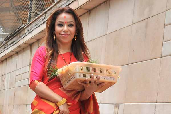 Singer, performer Raina Agni visits Siddhivinayak Temple with the first copy of her video album