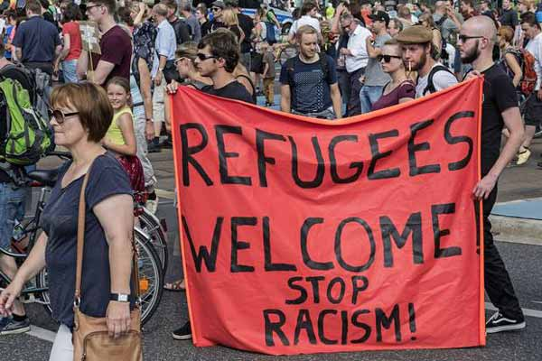 Germans welcome 10,000 arrivals; Clap and sings