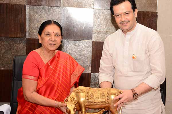 Bhaiyyuji Maharaj meets Gujarat CM, discusses 'Sant Nagri' project