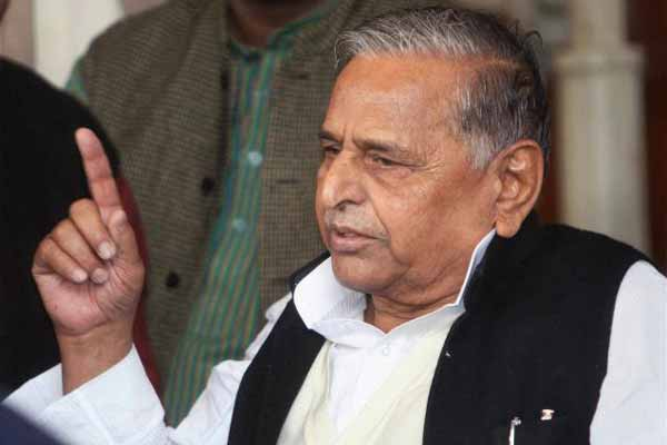 Stay away from mobile phone; Mulayam Singh Yadav asks girls