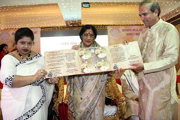 Padma Vibhushan Gaan Saraswati Kishoritai Amonkar received 16th Uttam Vag-Geykar Jialal Vasant award at Ajivasan hall, Juhu