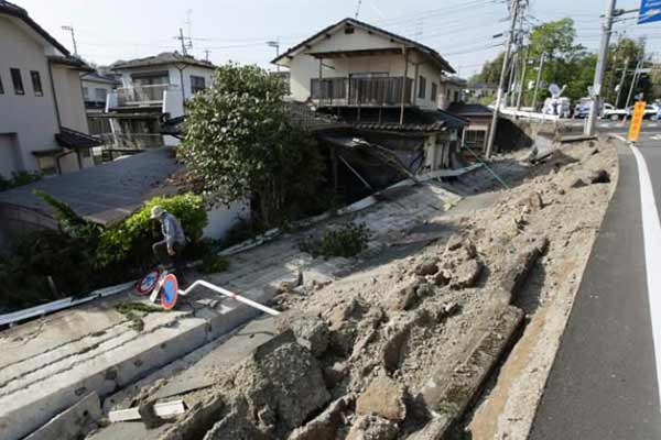 Quake measuring 7.0 on Richter scale hits Japan, tsunami warning issued