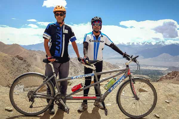 India's 1st blind tandem cycling team successfully completed bicycle expedition from Manali to Khardung La