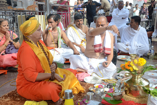 Woman saint leads Pooja at Pune's iconic Dagduseth Temple