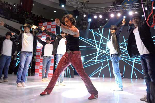 Lokmat creates Record crowd with Tiger Shroff tribute to MJ at Pune over 5k crowd