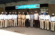 Bank of Maharashtra distributing caps and mask to traffic police in Pune