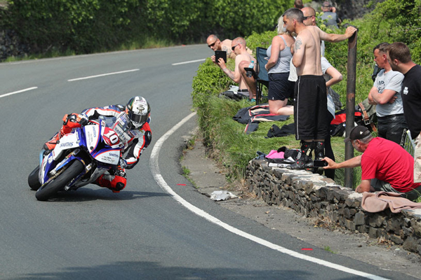Hickman claims maiden TT win in thrilling RL360º Superstock TT Race