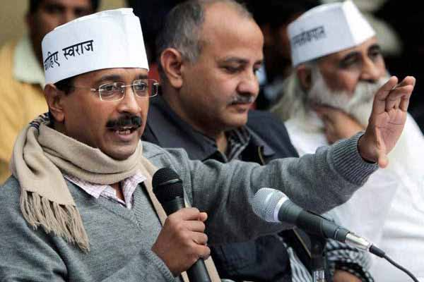 Kejriwal suspends two NDMC employees