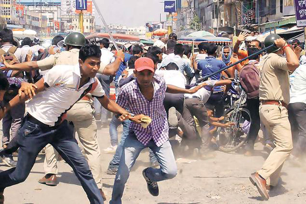 Civic Cops' Rally; 50 Hurt in lathicharge