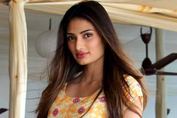 'Maybelline girl' Athiya Shetty dazzled the audience at AIFW SS'16