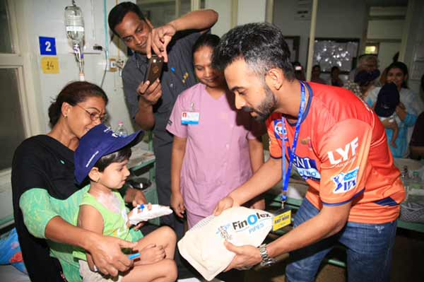 Finolex Industries Ltd. Invites the Rising Pune Supergiants to meet the children at KEM Hospital