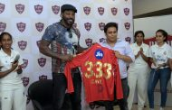 Chris Gayle gives cricketing lessons to girls