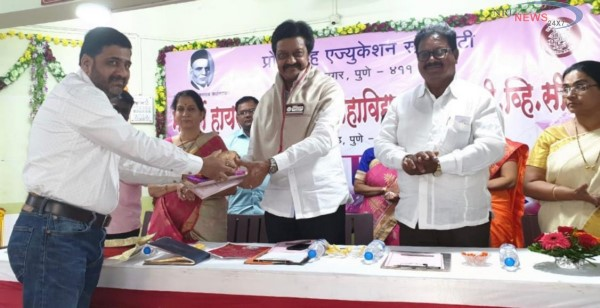 MP Anil Shirole handed over computer and e-learning projectors to the students of Modern College